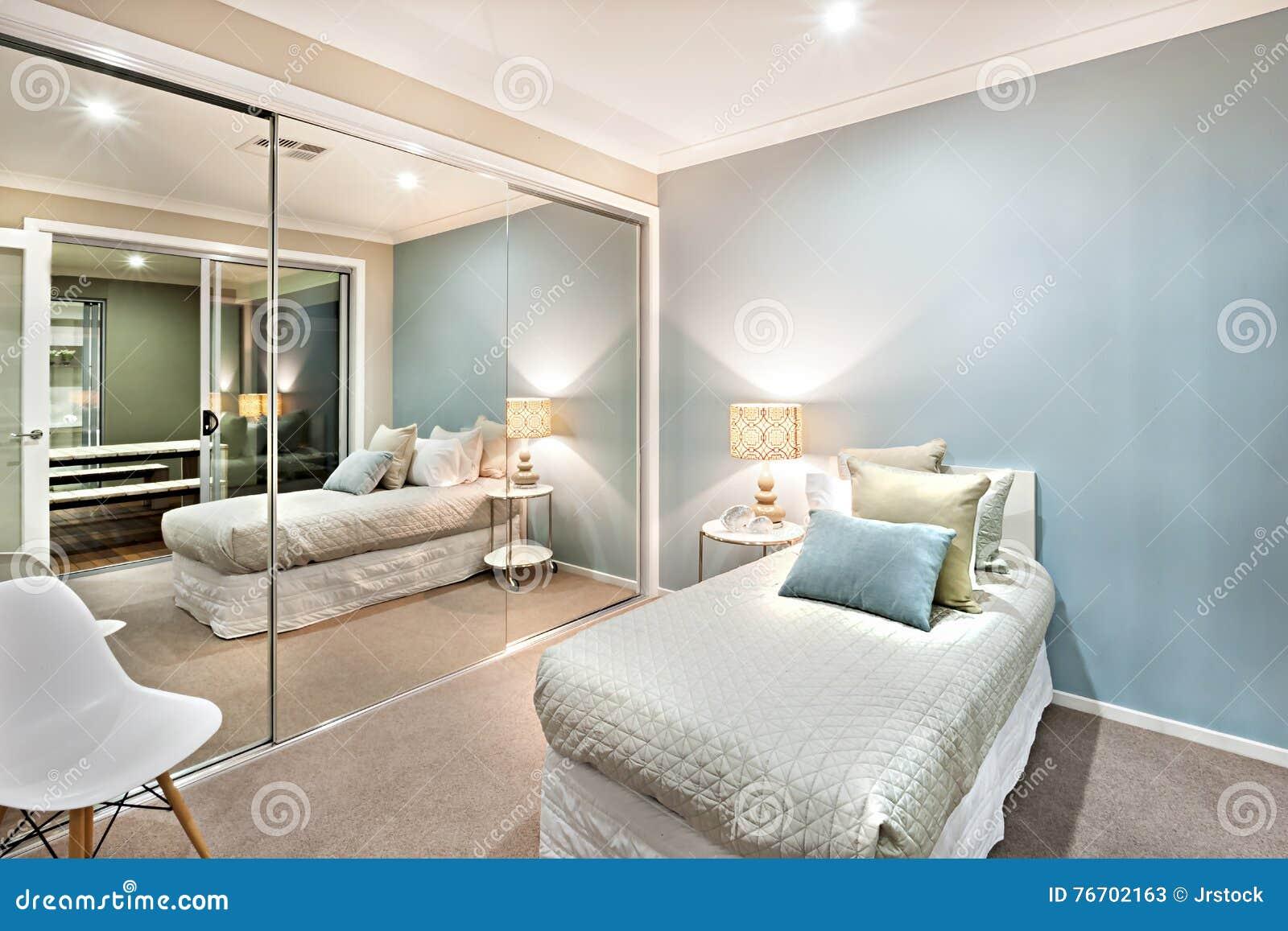 Litet sovrum med kuddar på en enkel säng