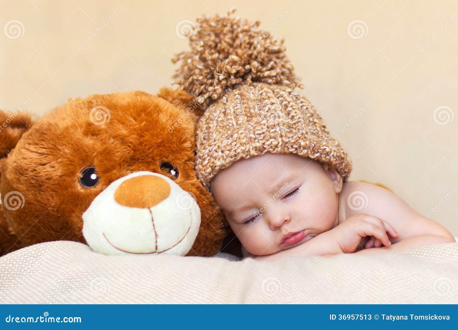 Litet ursnyggt behandla som ett barn pojken med en stor hatt
