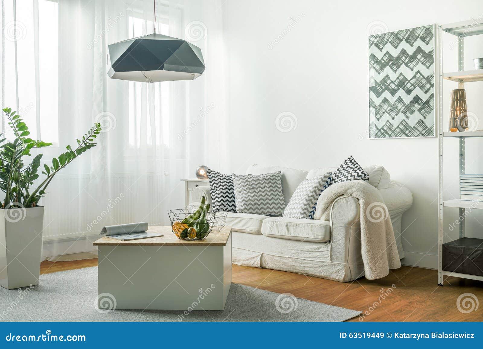 Liten vardagsrum med den röda fåtöljen och tv arkivfoto   bild ...