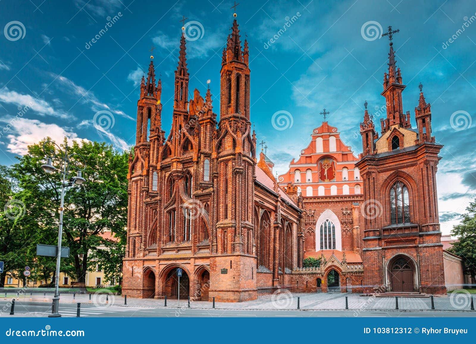 Lithuania vilnius Sikt av Roman Catholic Church Of St Anne And Church Of St Francis And St Bernard In den gamla staden in