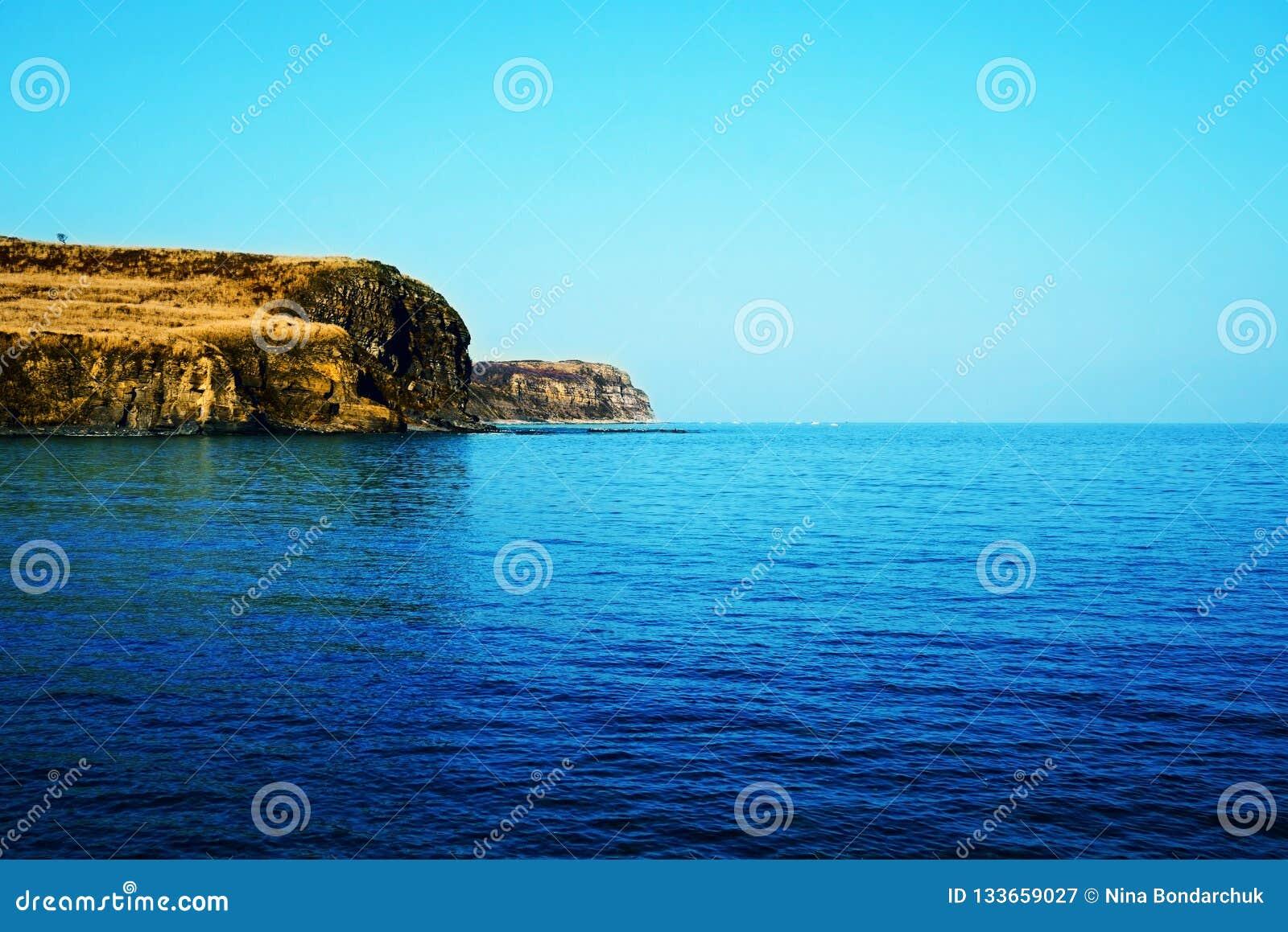 Litoral rochoso perto da água do mar brilhante de turquesa Rússia, Vladivo