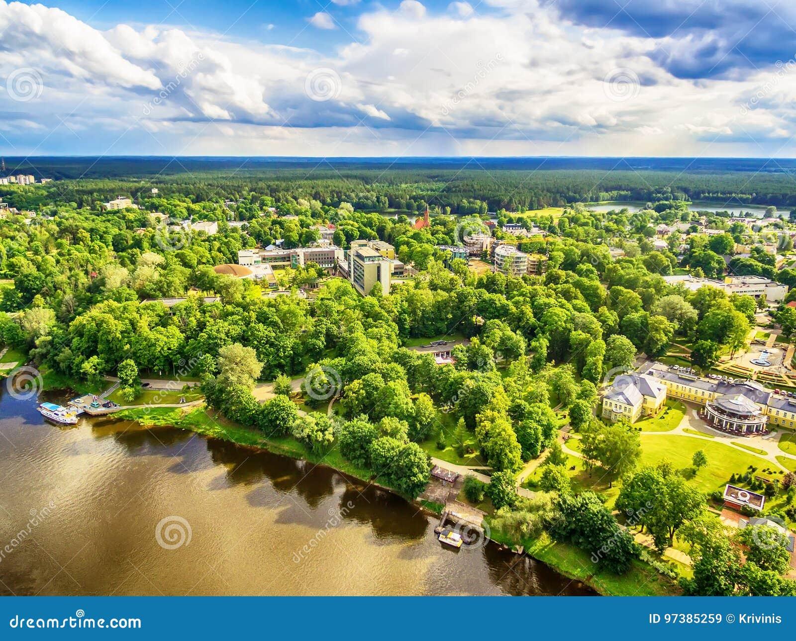 Litouwen, Baltische Staten: luchtuav mening van Druskininkai, een kuuroordstad over de Nemunas-rivier