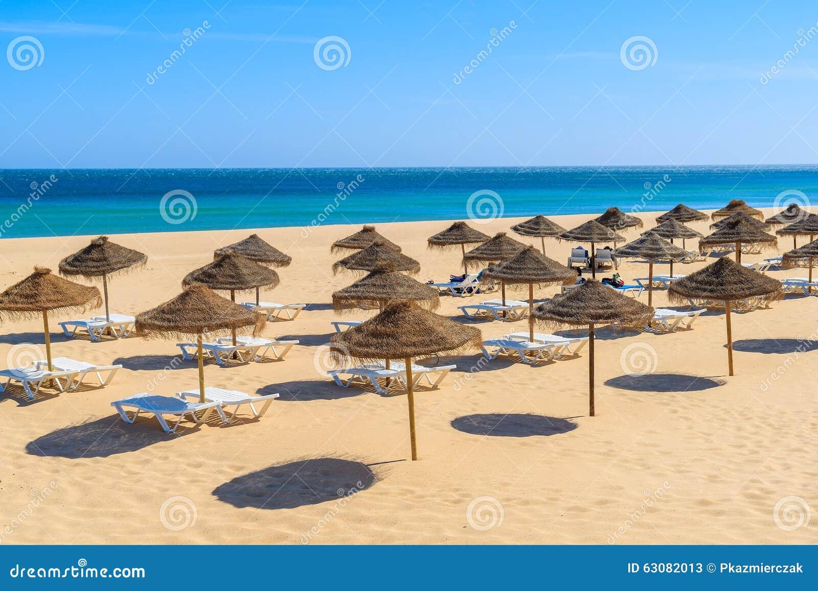 Download Lits Pliants Avec Des Parapluies Sur La Plage Sablonneuse Image stock - Image du été, herbe: 63082013