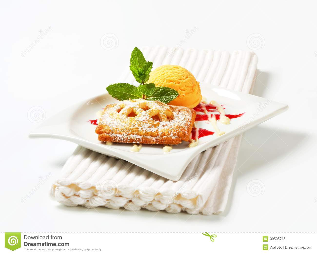 Little apricot pie with ice cream