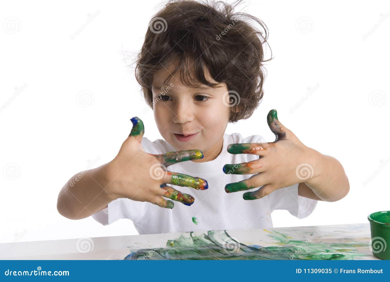 Little Boy betrachtet seine sehr schmutzigen Finger W