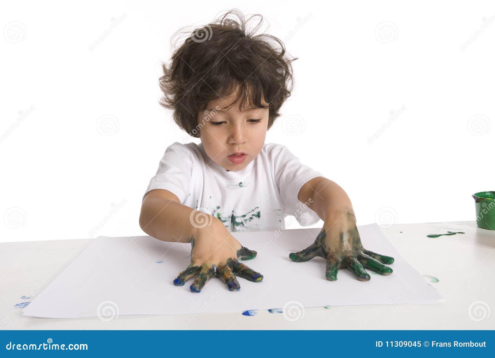 Little Boy bildet eine Fingermalerei