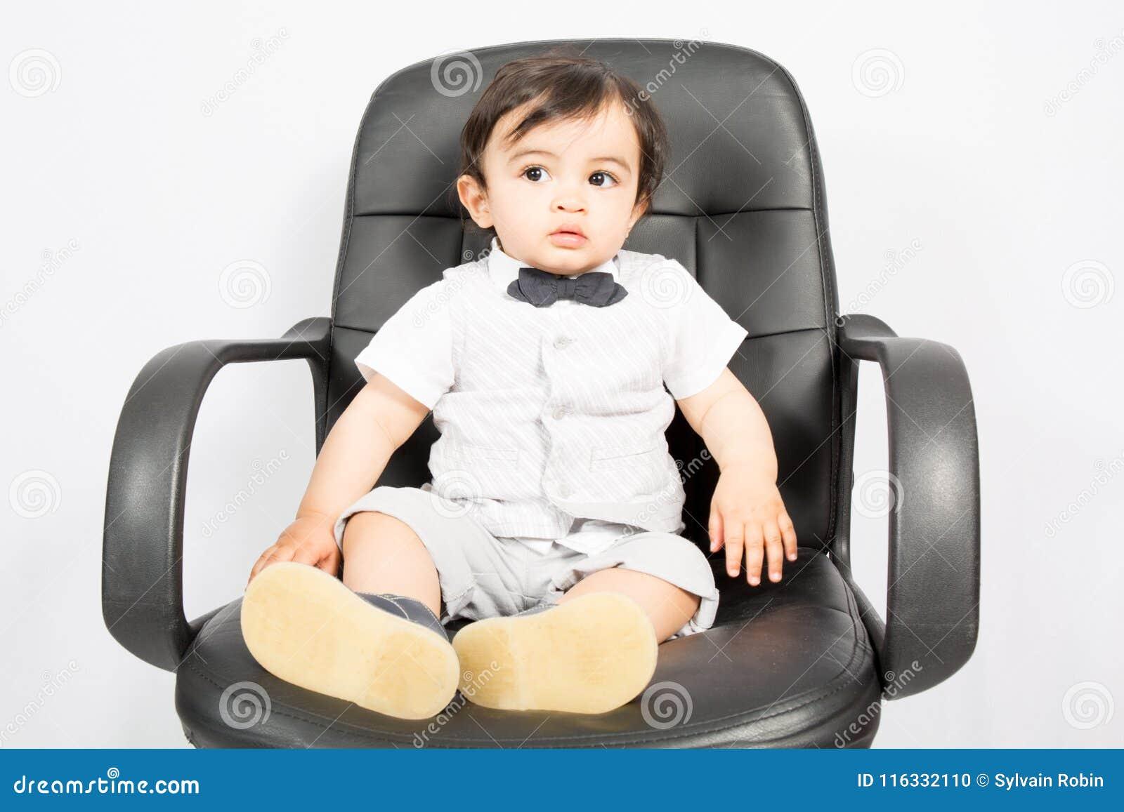 Little Boy Das Als Geschäftsmann Sitzt Auf Schreibtisch Im Büro
