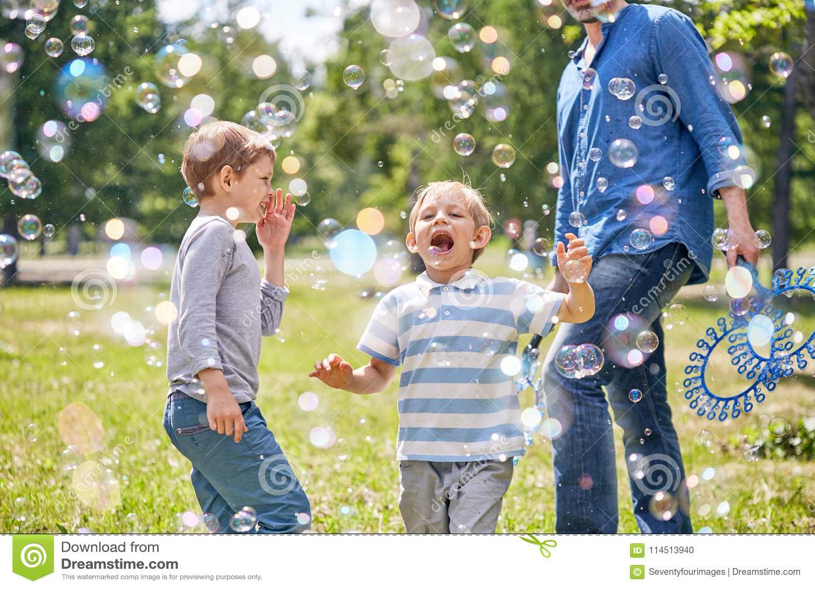 Little Boy engraçado com bolhas de sabão
