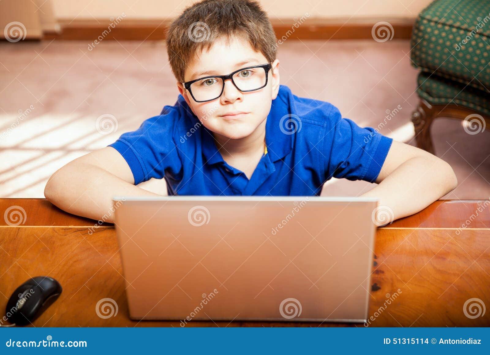 Little Boy genom att använda en bärbar dator
