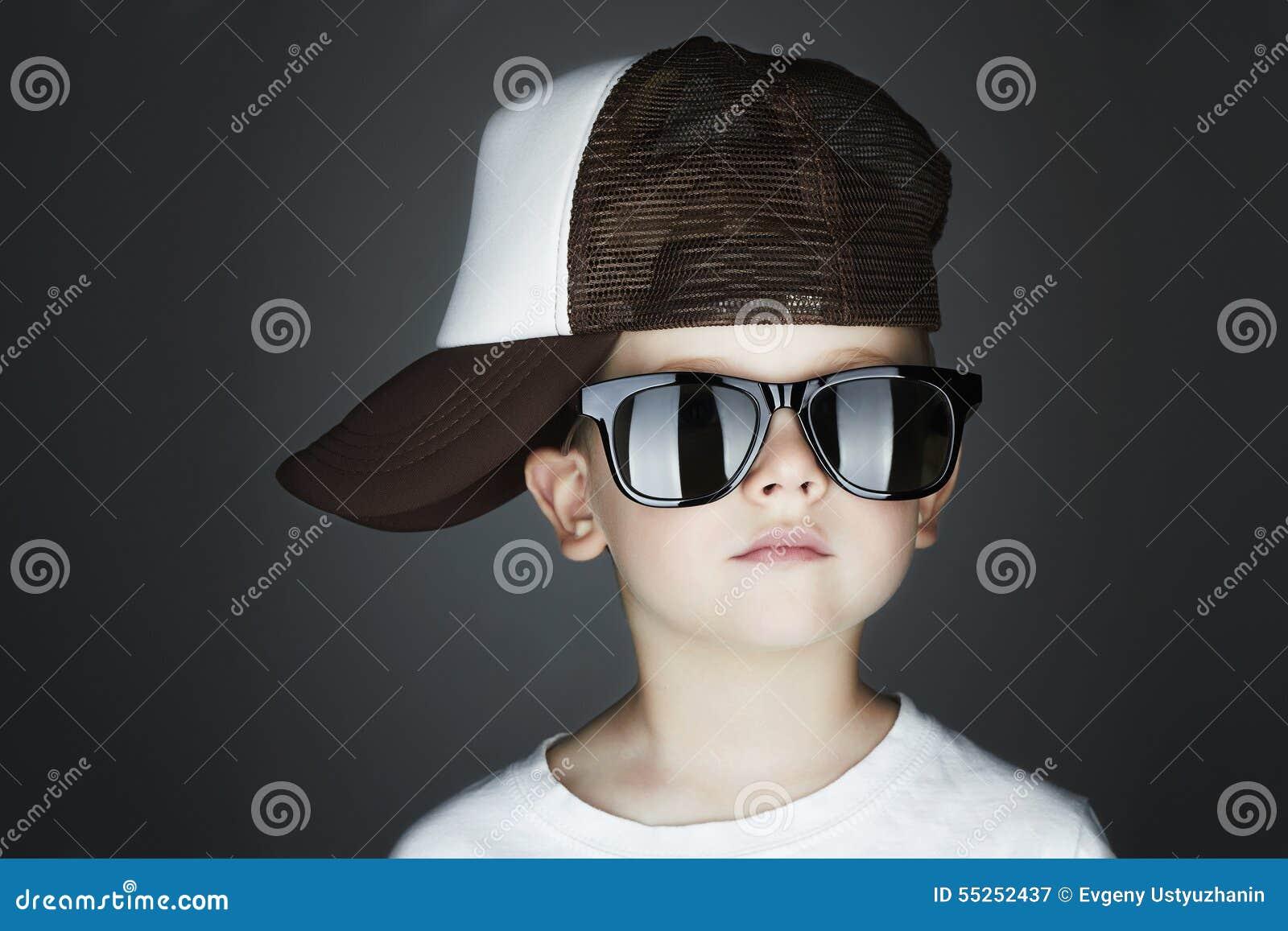Little Boy Hip-Hop-Art Fashion Children Stattlich in den Sonnenbrillen im Verfolger-Hut