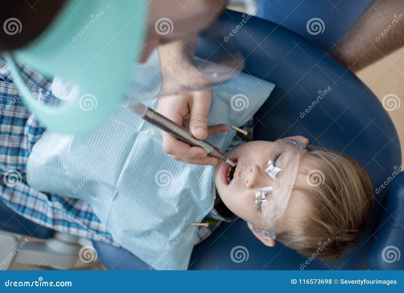 Little Boy na opinião superior da cadeira dental