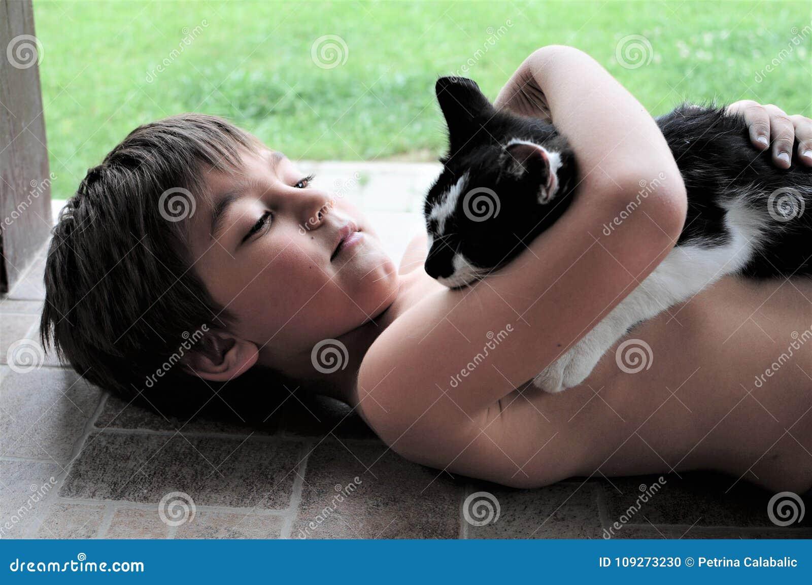 Little Boy que sostiene el gato