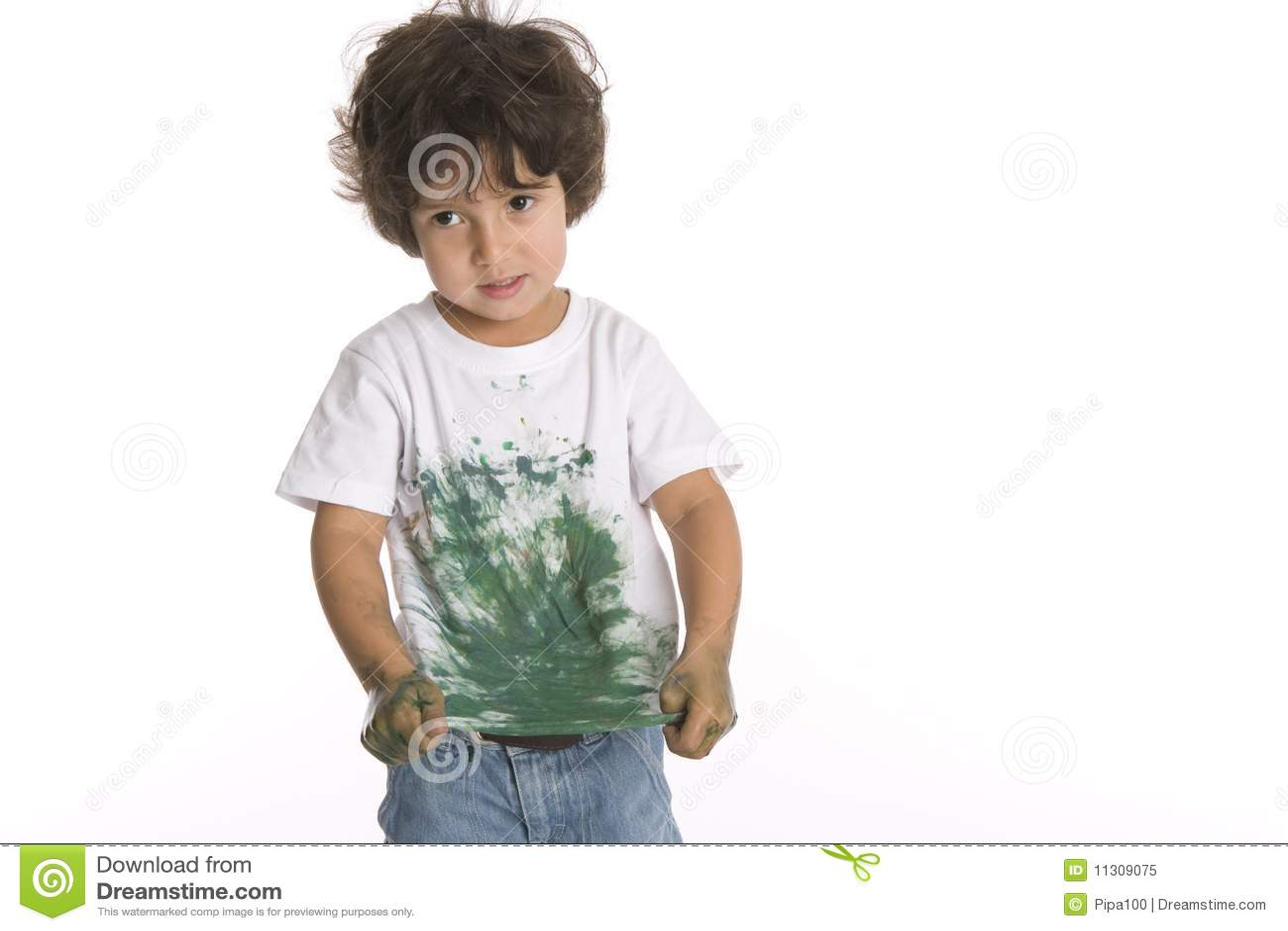 Little Boy zeigt sein Hemd voll des Lackes