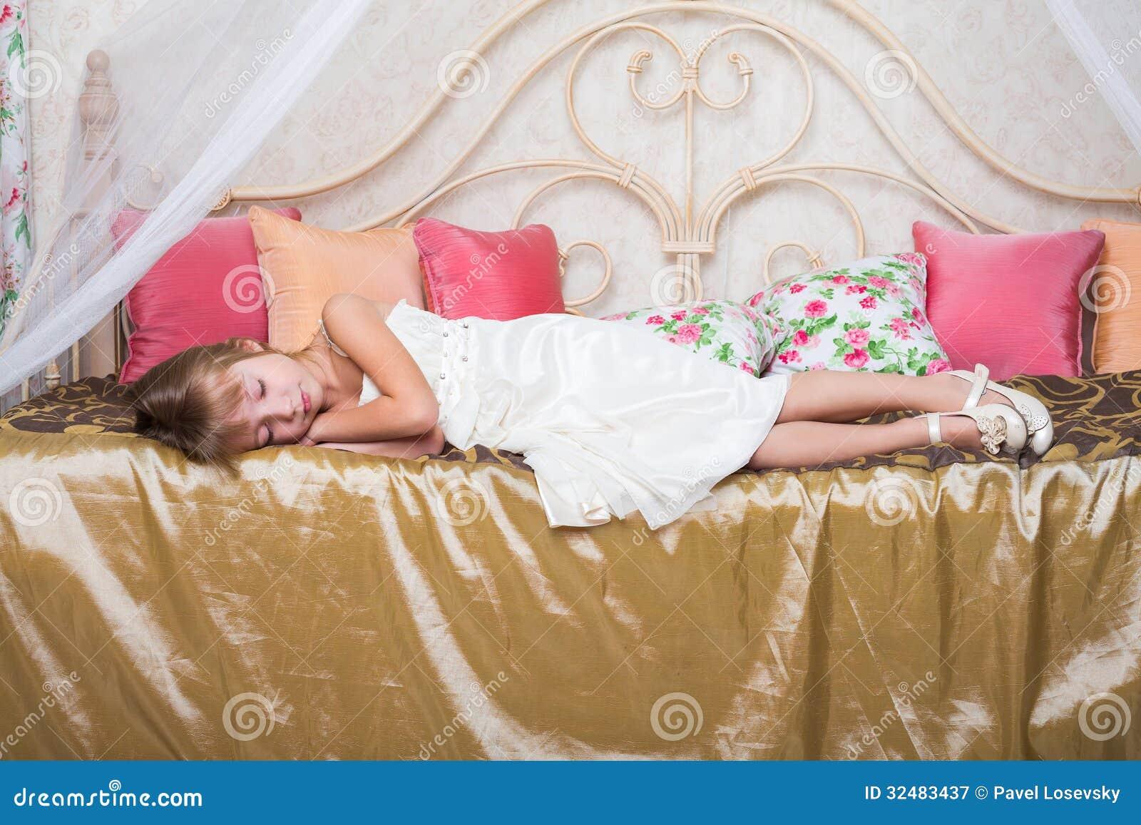 Трахнул красивую сестру пока она спала, У брата и сестры одна комната на двоих - видео ролик 23 фотография