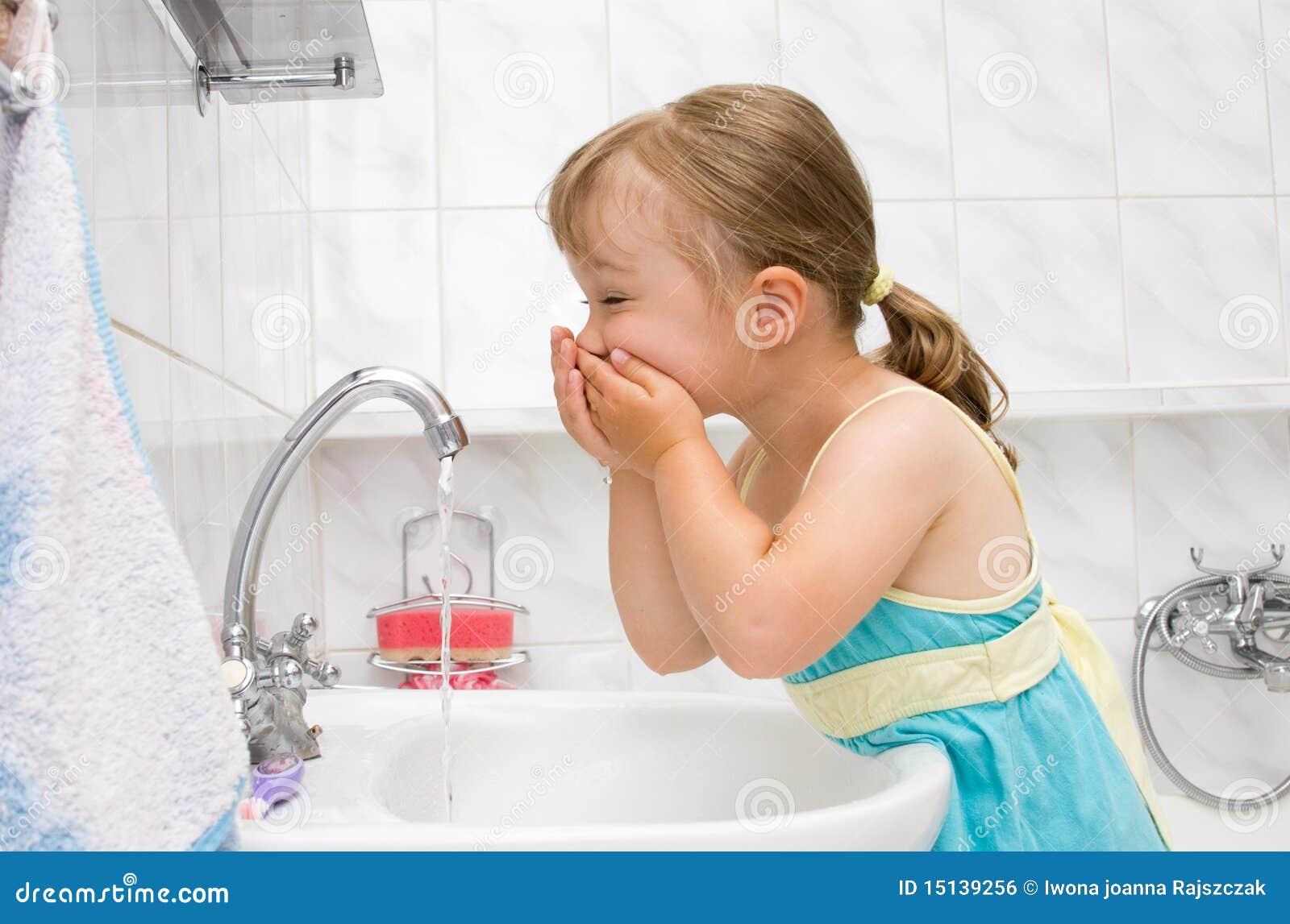 Girl using bathroom 28 images little girl washing in for Little girl bathroom ideas