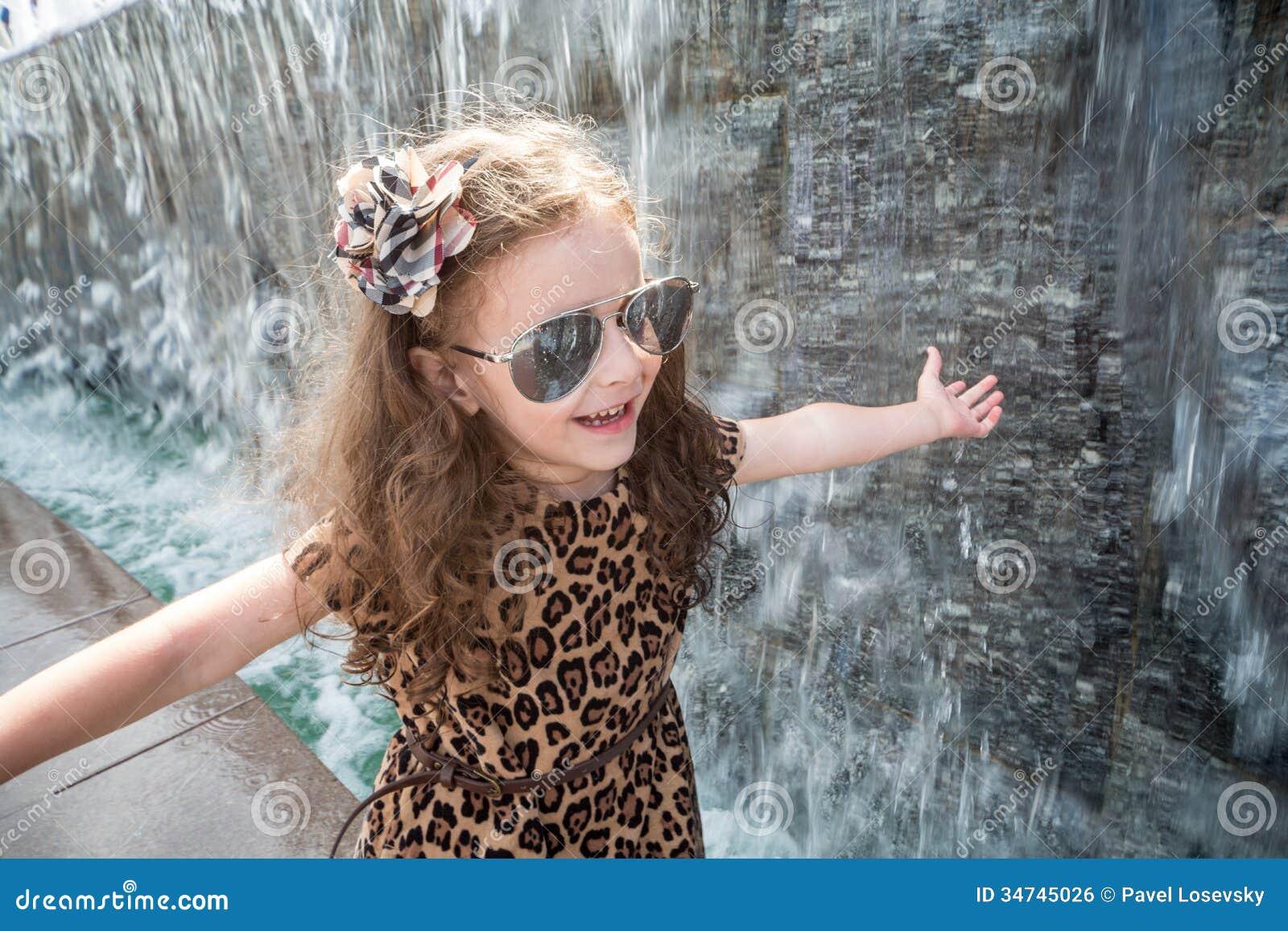 Фото как маленькая девочка трогает писюн 20 фотография
