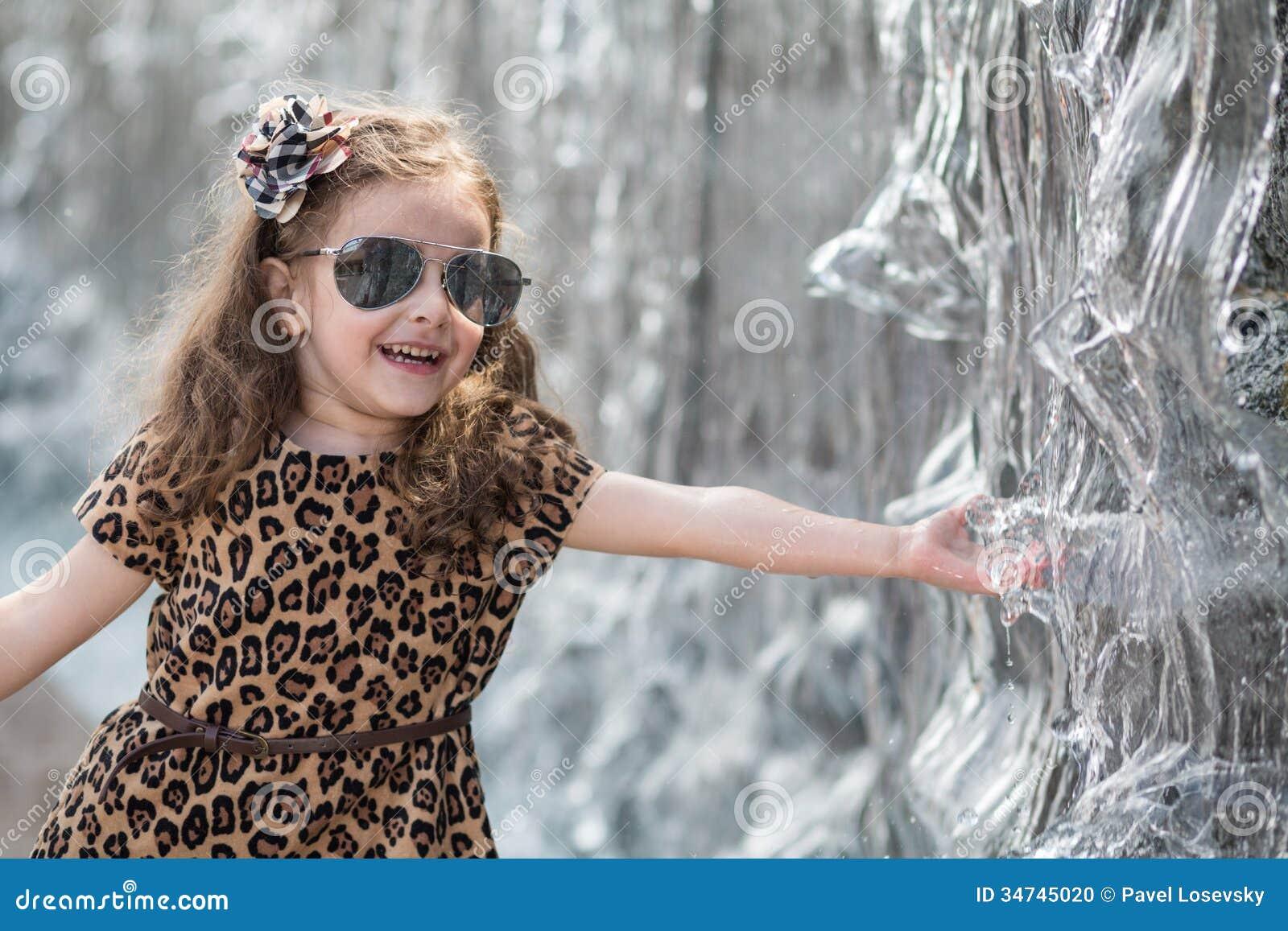 Фото как маленькая девочка трогает писюн 26 фотография