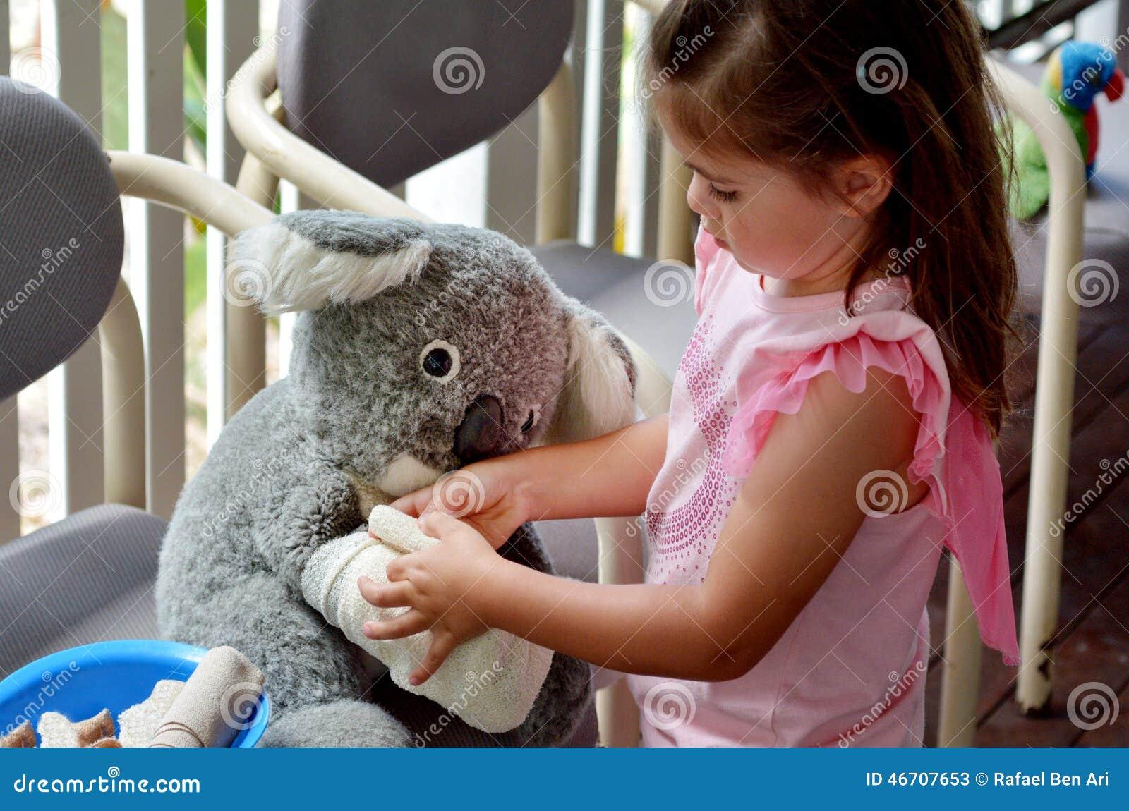 veterinar kid Little girl play pretend to be animal doctor - Veterinary physic