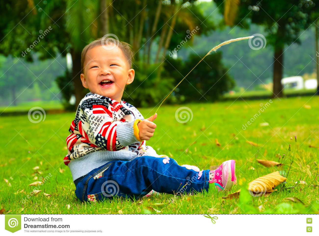 The Little Girl Playing S.viridis Alone(Asia, China ...