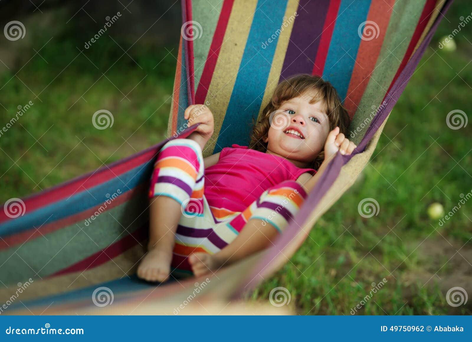 Ребенок спал в белом гамаке слинг Стоковое фото
