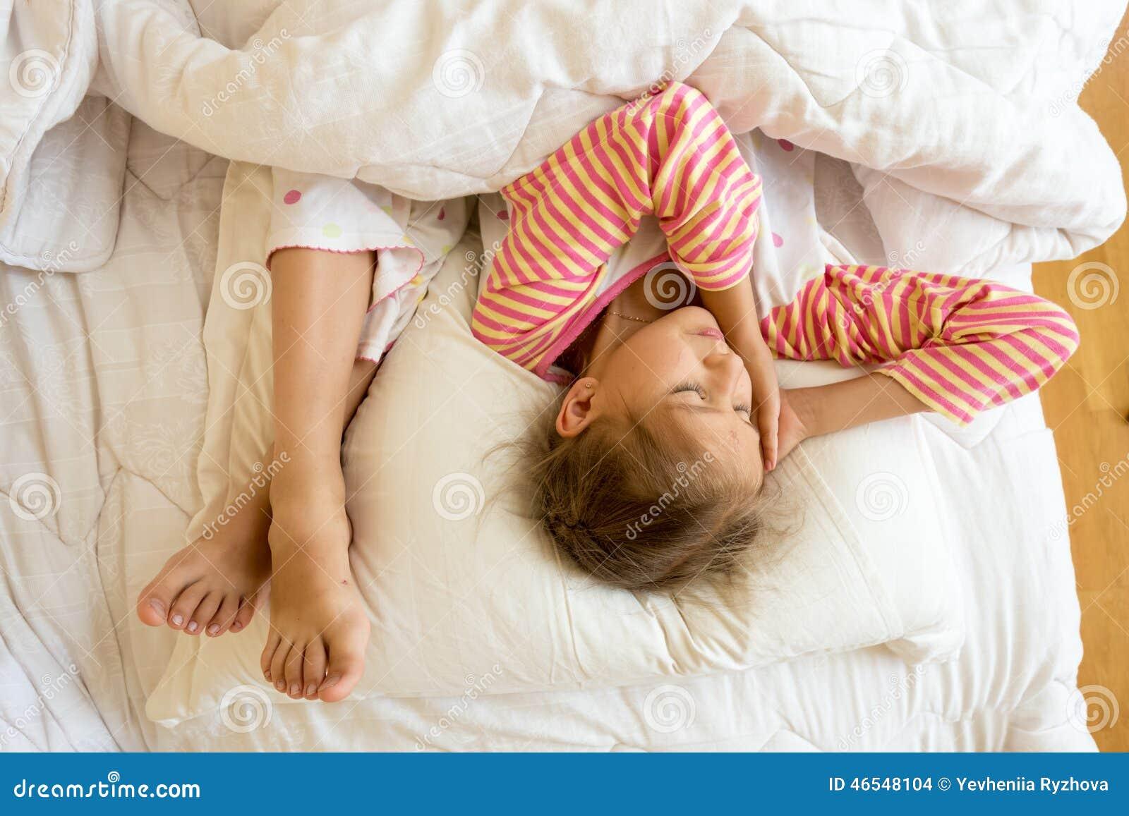Стянул одеяло с сестры, Сводный брат забрался в постель к спящей сестре 25 фотография