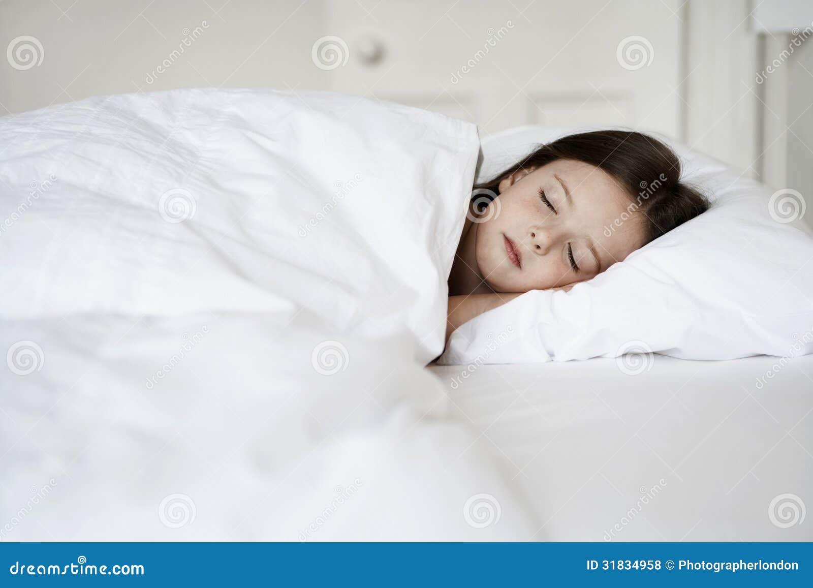 Стянул одеяло с сестры, Сводный брат забрался в постель к спящей сестре 26 фотография