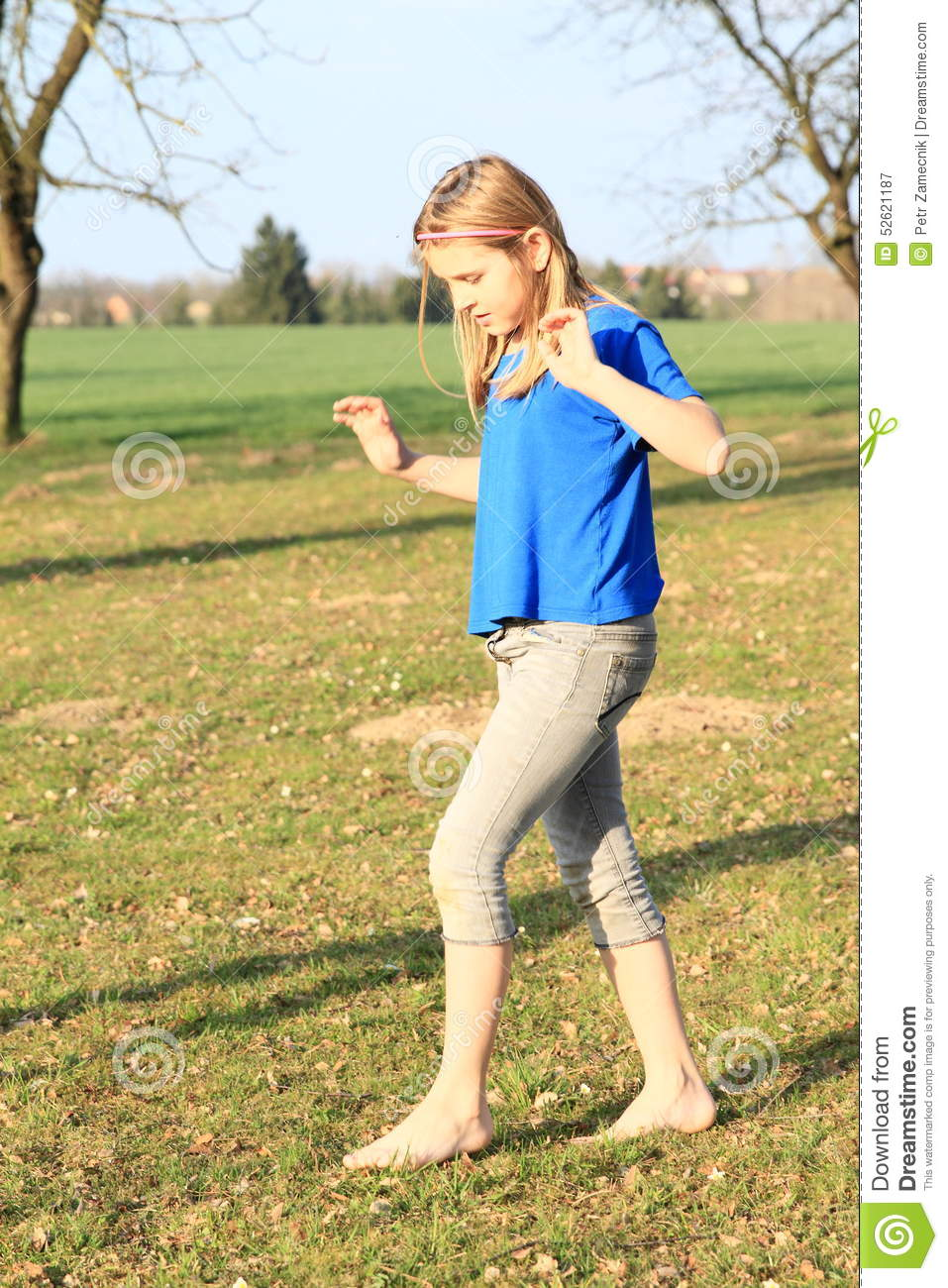 https://thumbs.dreamstime.com/z/little-girl-walking-barefoot-blue-shorts-t-shirt-meadow-52621187.jpg