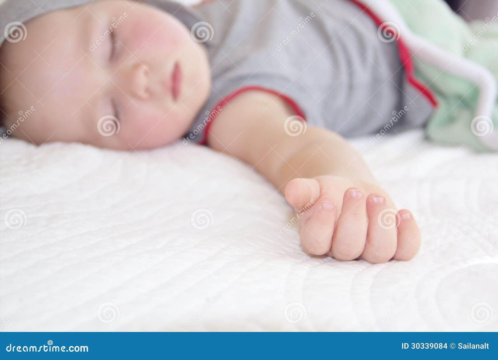 Маленькую девочку на руках следует воспринимать как знак, сулящий женщине появление дочери.