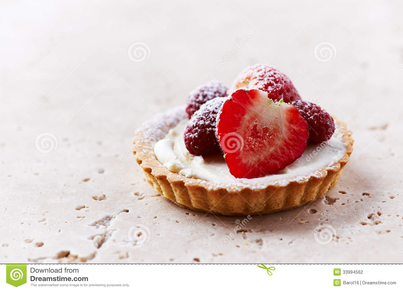 Little mascarpone tart with fresh summer berries