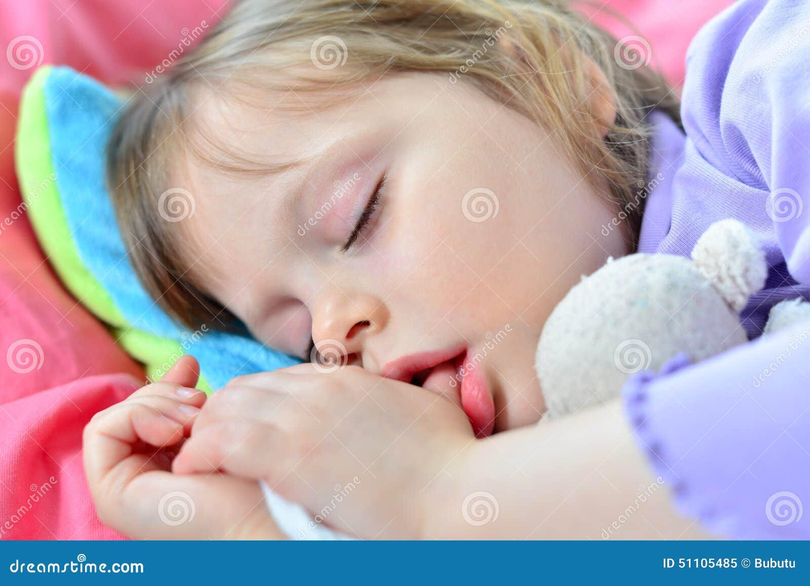 Little som är gullig, behandla som ett barn att sova