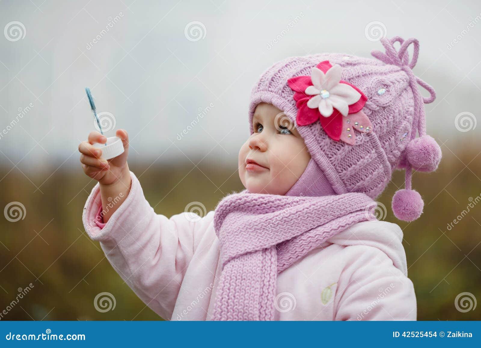 Littlegirl dmucha bąble w jesieni