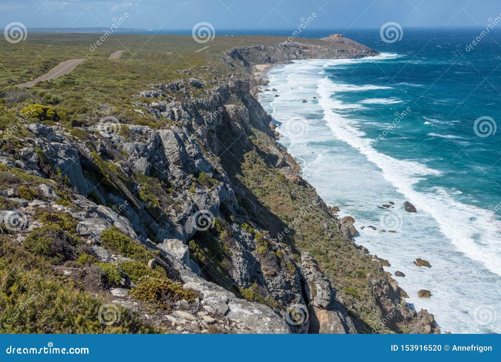 Littoral d île de kangourou avec les roches remarquables dans la distance, Australie du sud