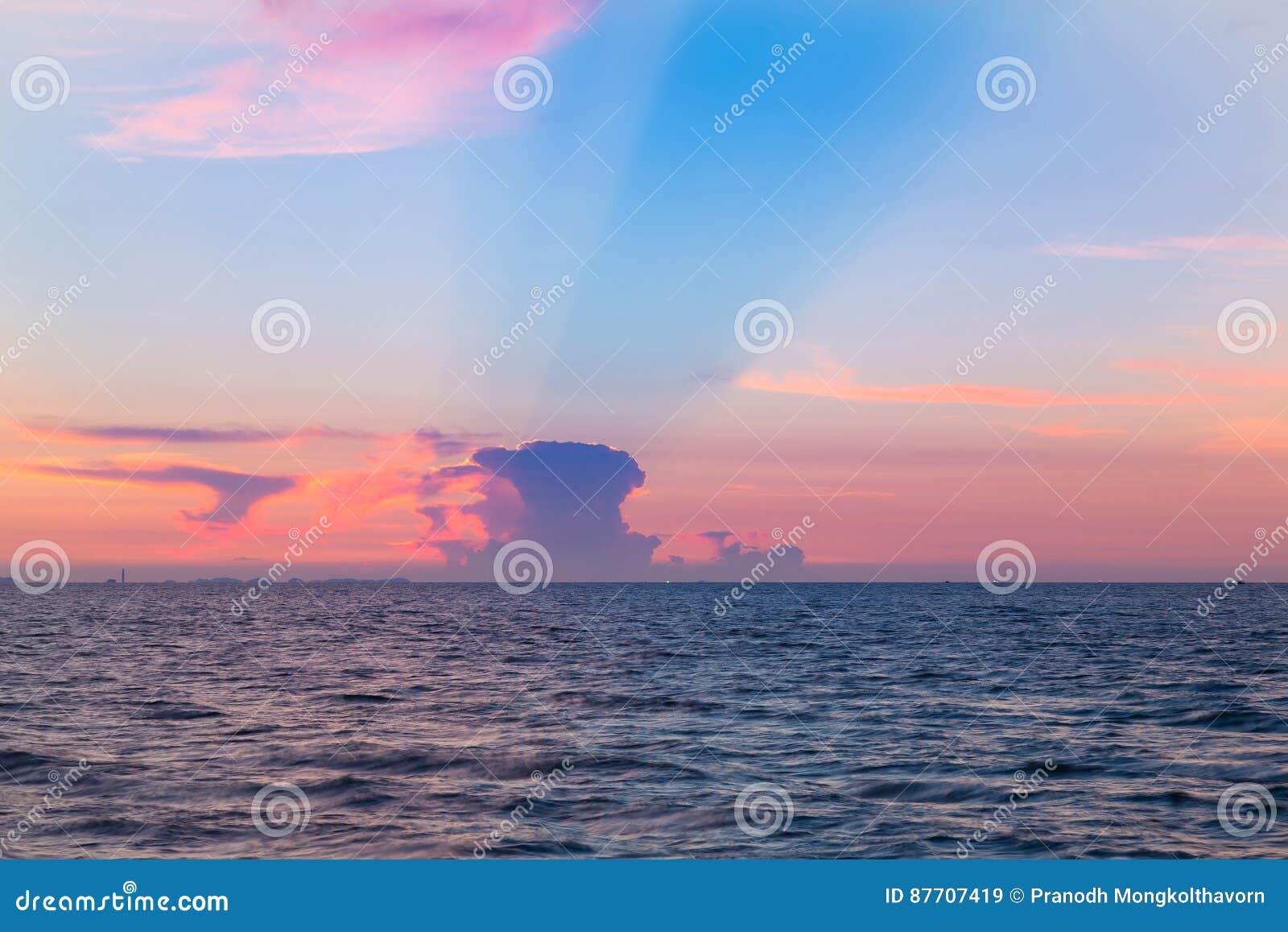 Littoral et beau après fond de ciel de coucher du soleil