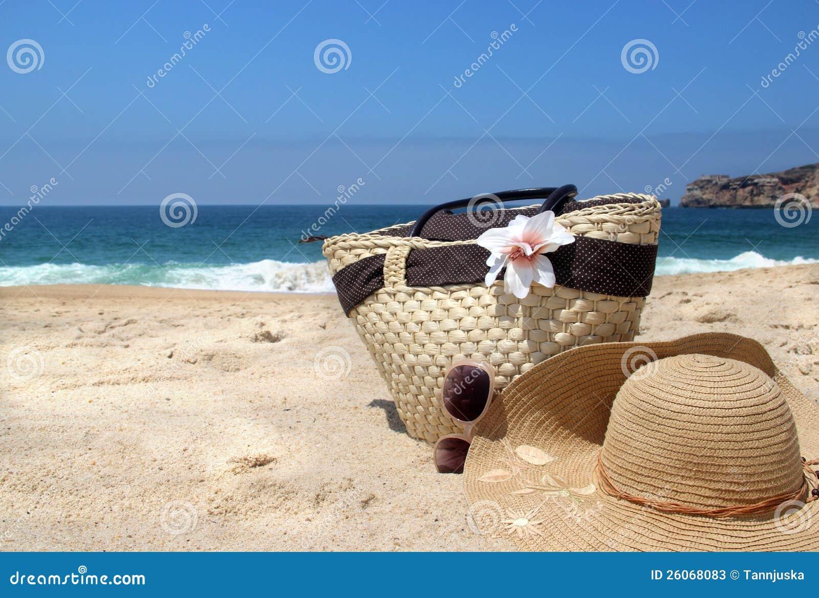 littoral sac de plage de paille chapeau et lunettes de soleil photos stock image 26068083. Black Bedroom Furniture Sets. Home Design Ideas