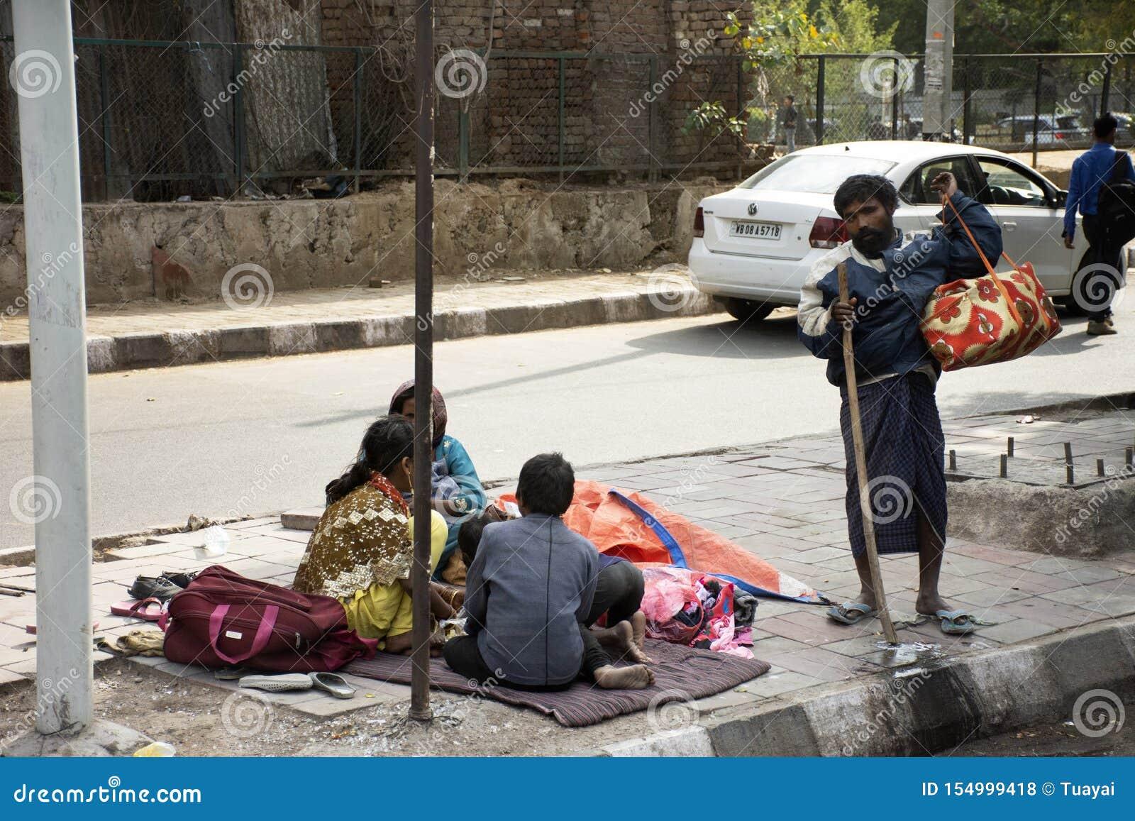 Liv och livsstil av den indiska personen och utlänningfolk på bredvid vägen av lantlig bygd i morgontid på New Delhi, Indien