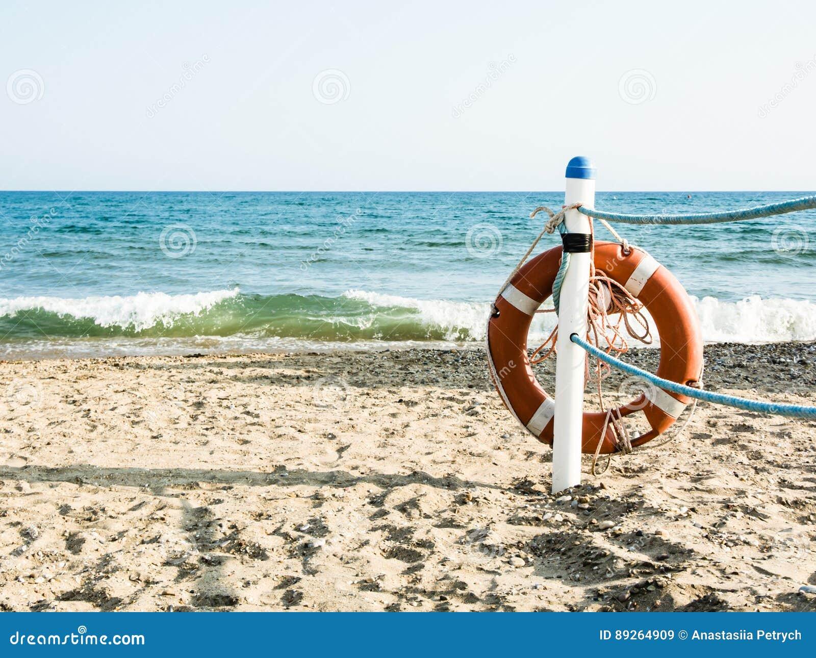 Livboj på en sandig havsstrand i Terracina, Italien säker simning
