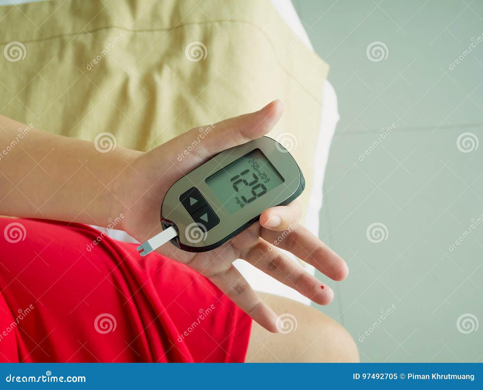 Livello di misurazione del glucosio con il metro digitale del glucosio