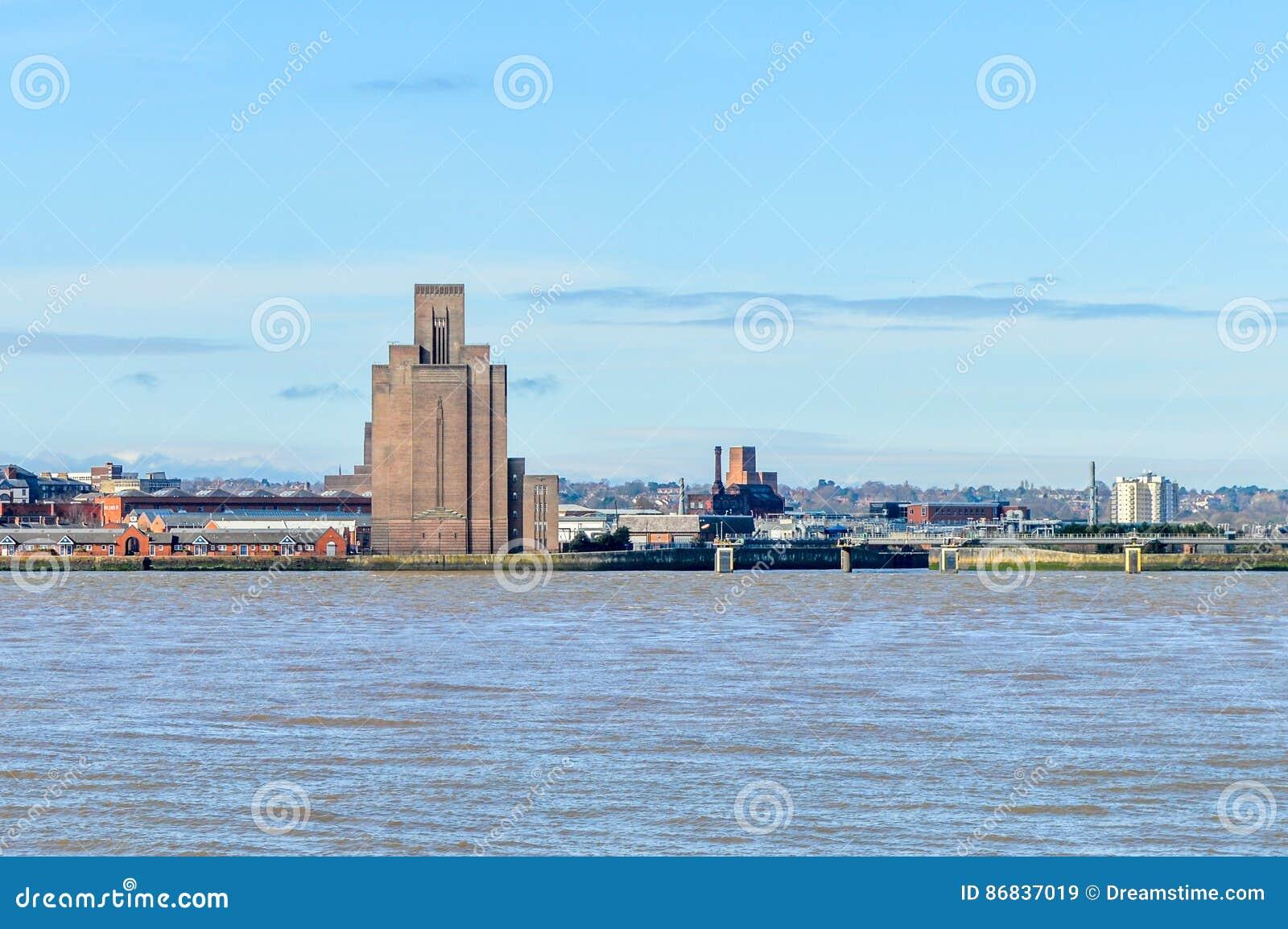 Liverpool, Reino Unido - 3 de abril de 2015 - vista del horizonte de Birkenhead a través del río de Mersey