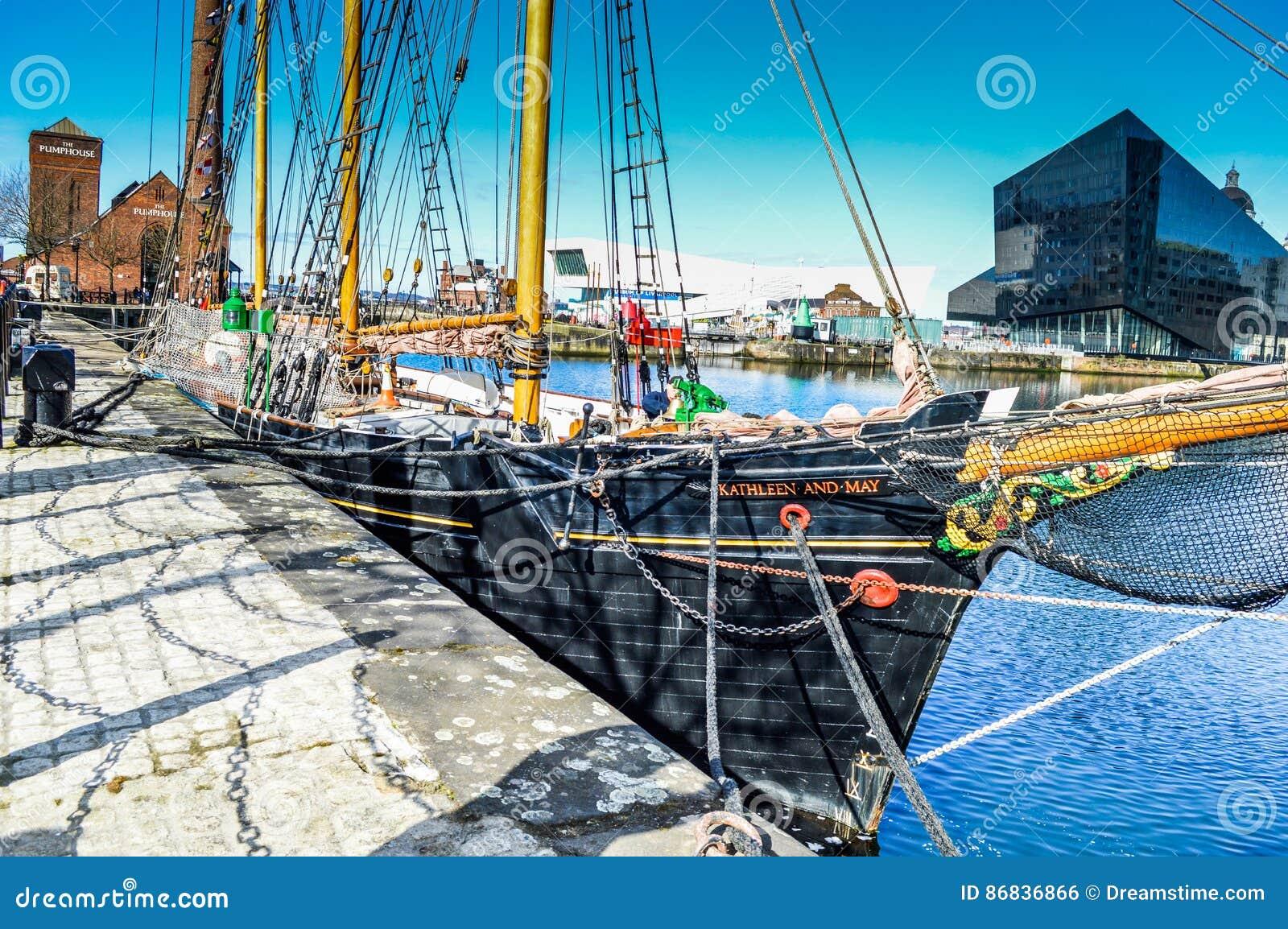 Liverpool UK - 03 April 2015 - det Kathleen och Maj skeppet ansluter i skeppsdocka på burk