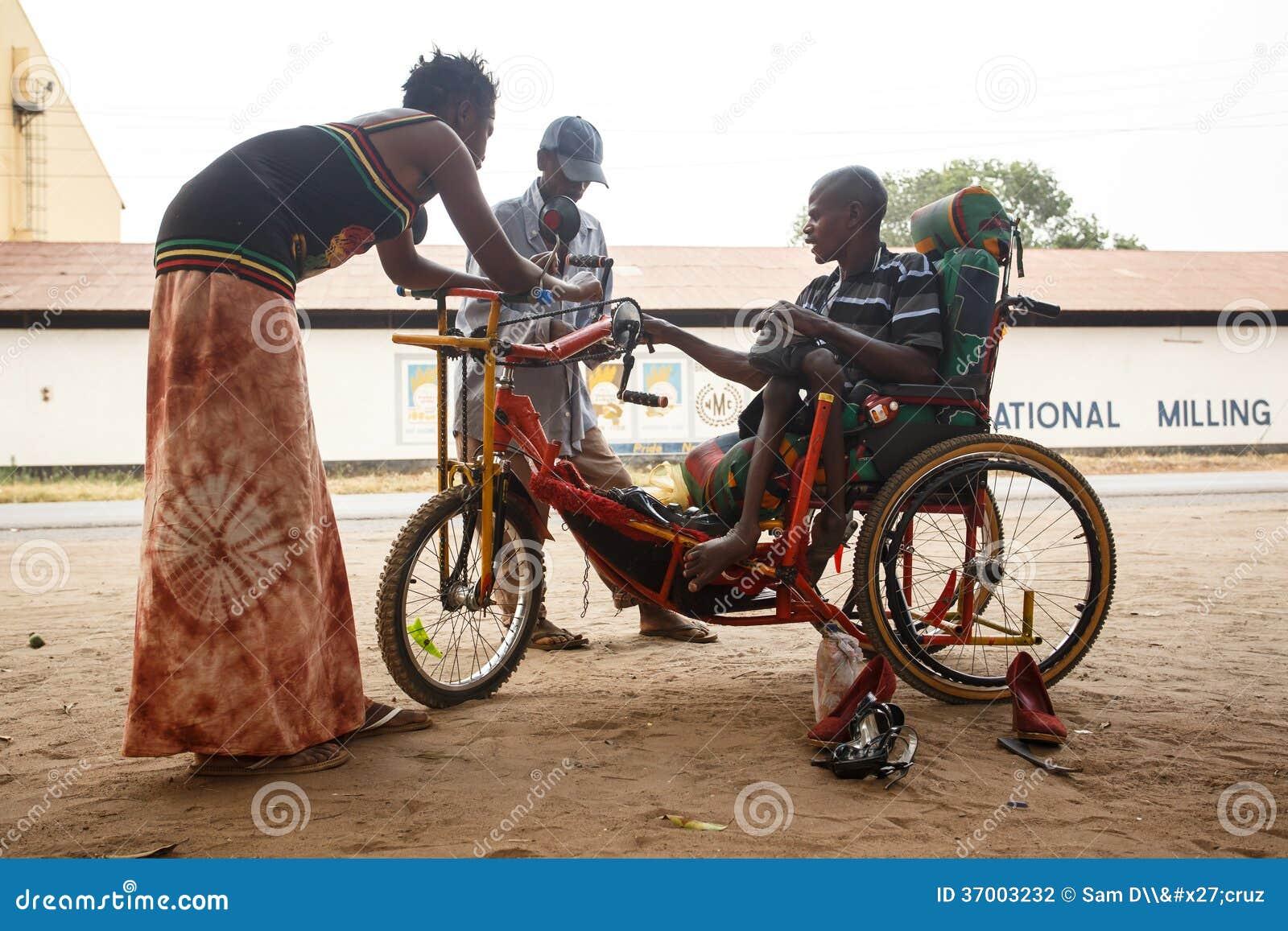 LIVINGSTONE - OKTOBER 14 2013: Rörelsehindrad man för lokal med en adapte