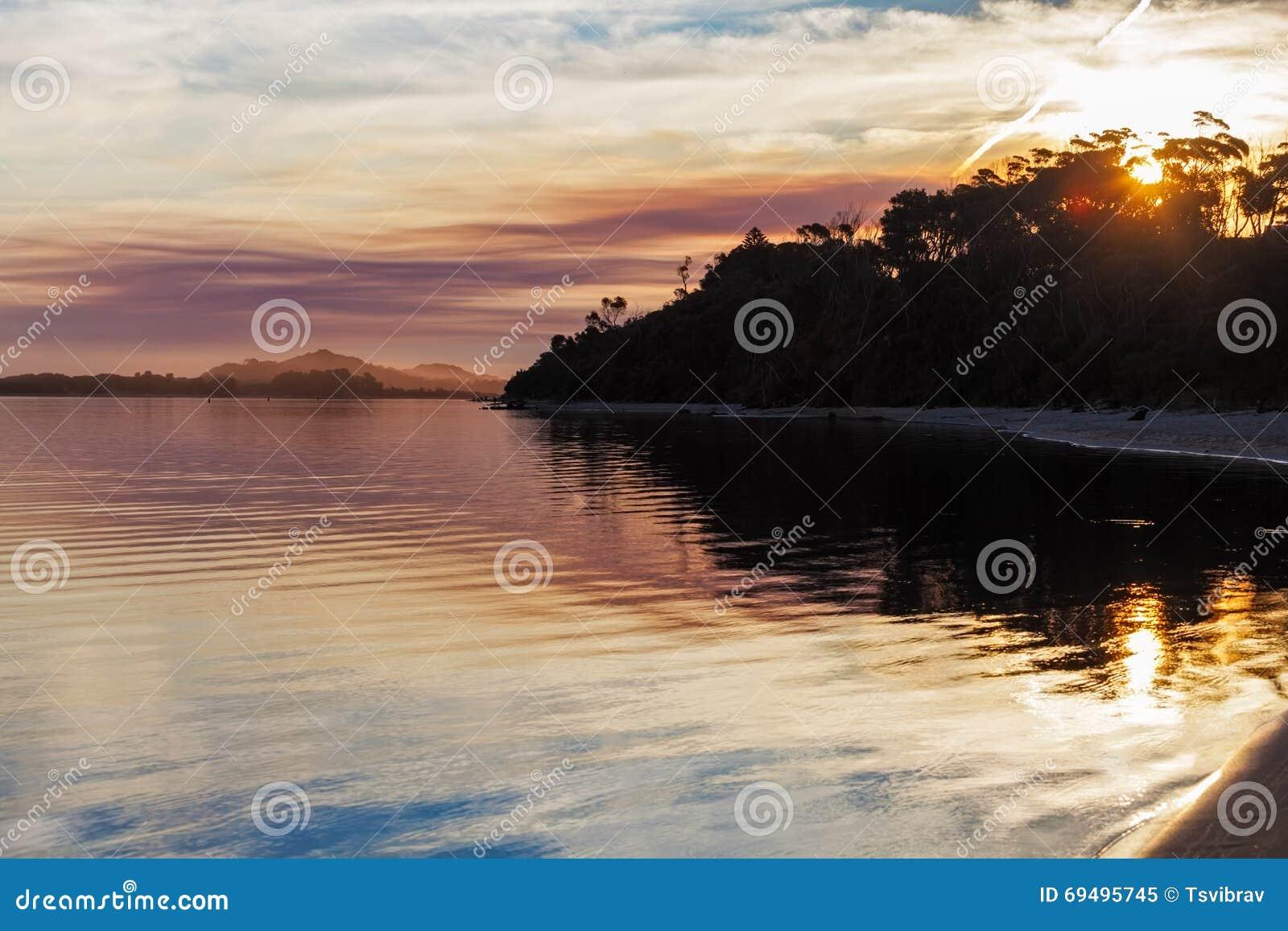 Livlig solnedgång, snöig flodbred flodmynning, Victoria, Australien