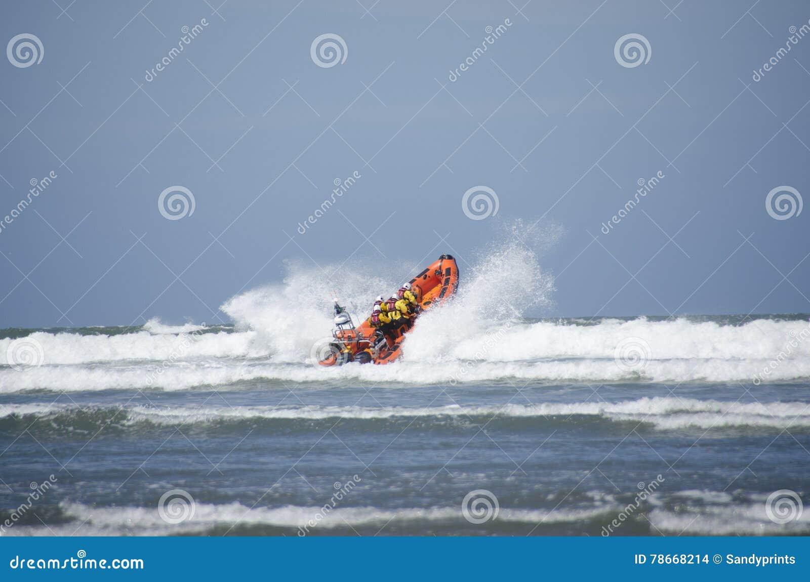 Livräddningsbåtlansering in i havet