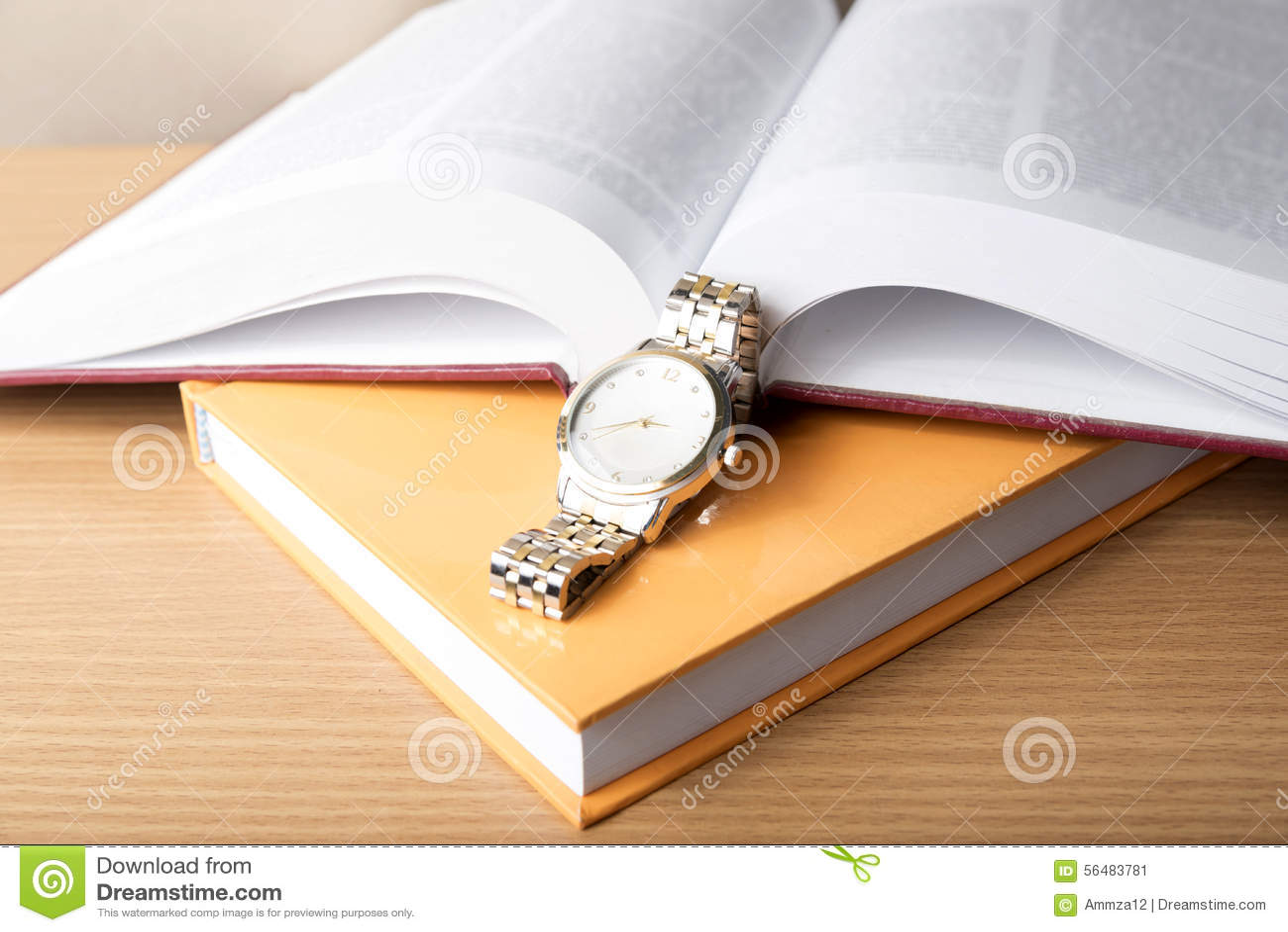 Livre avec la montre