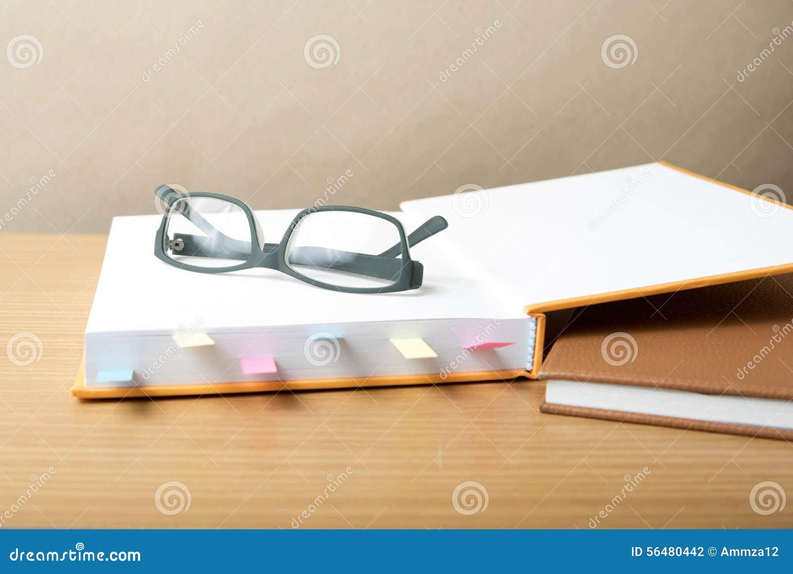 Livre avec la note et les lunettes collantes