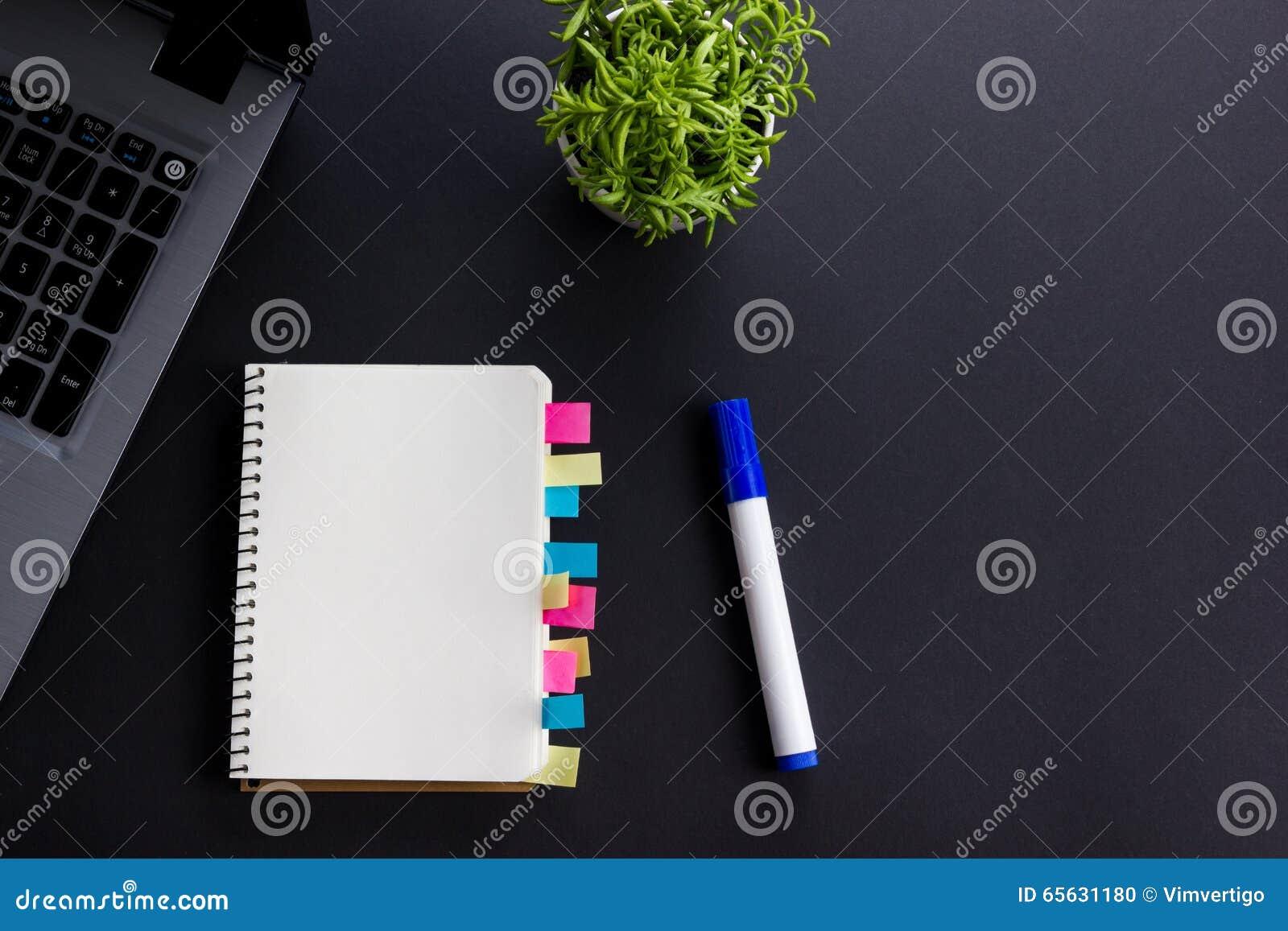 Livre blanc de bloc-notes de papier blanc au worplace de bureau Copiez l espace
