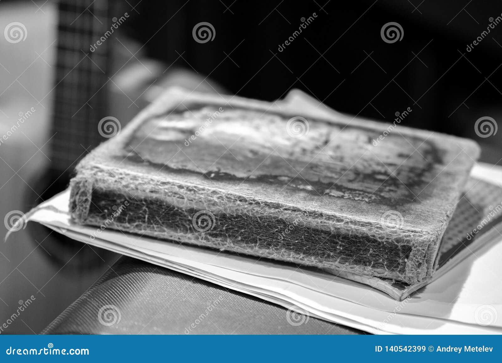 Livre D Images Noir Et Blanc Avec Une Couverture Minable