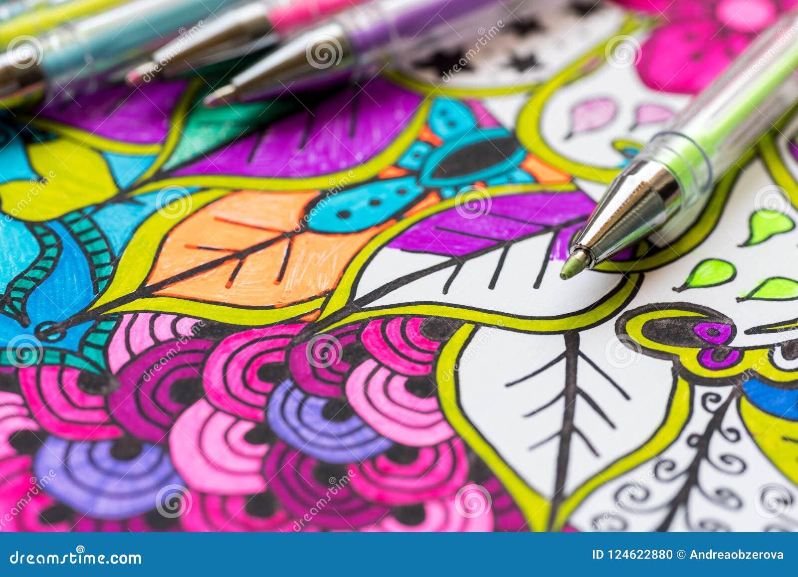 Livre de coloriage adulte, nouvelle tendance de recuit de stabilisation Concept de thérapie d art, de santé mentale, de créativit