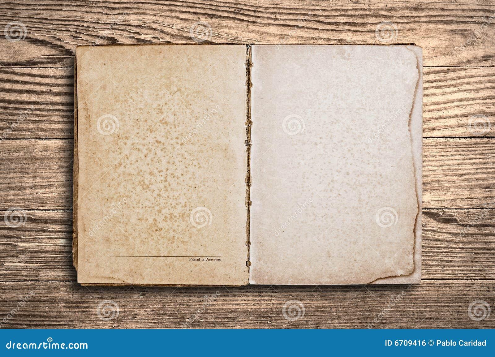 livre de cru au dessus de vieille table en bois photo stock image du historique r tro 6709416. Black Bedroom Furniture Sets. Home Design Ideas
