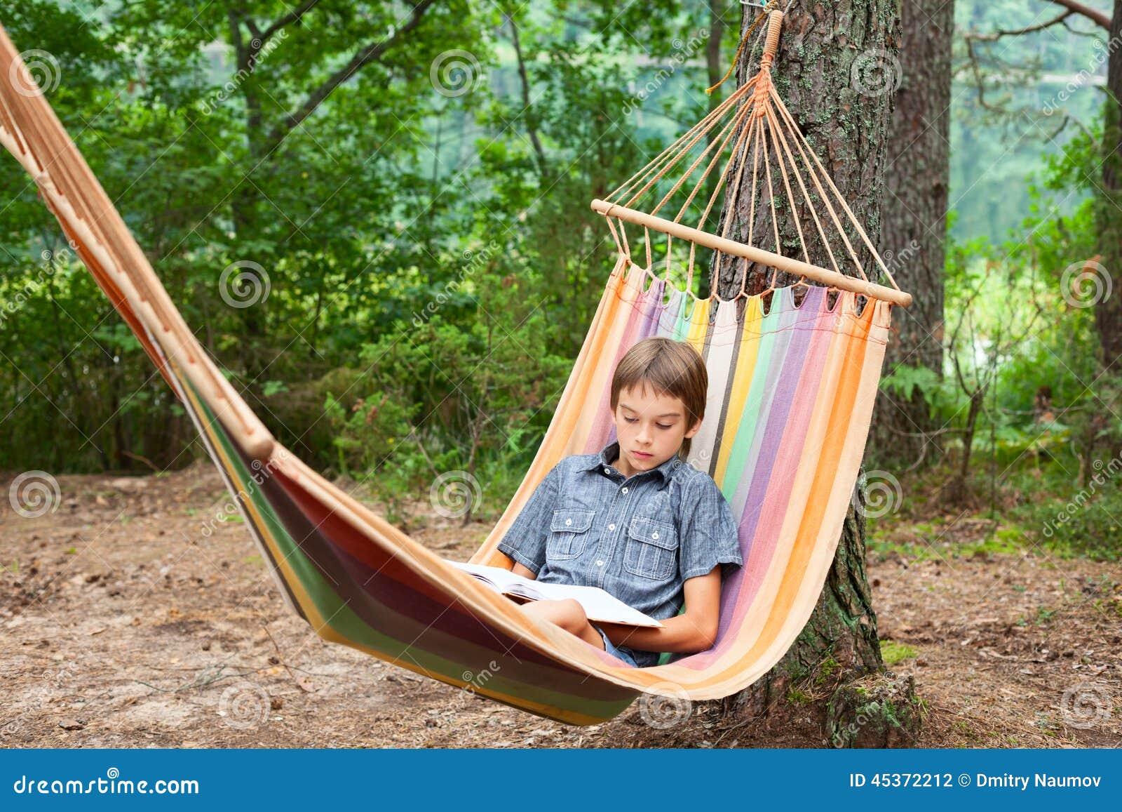 Livre de lecture d enfant dans l hamac
