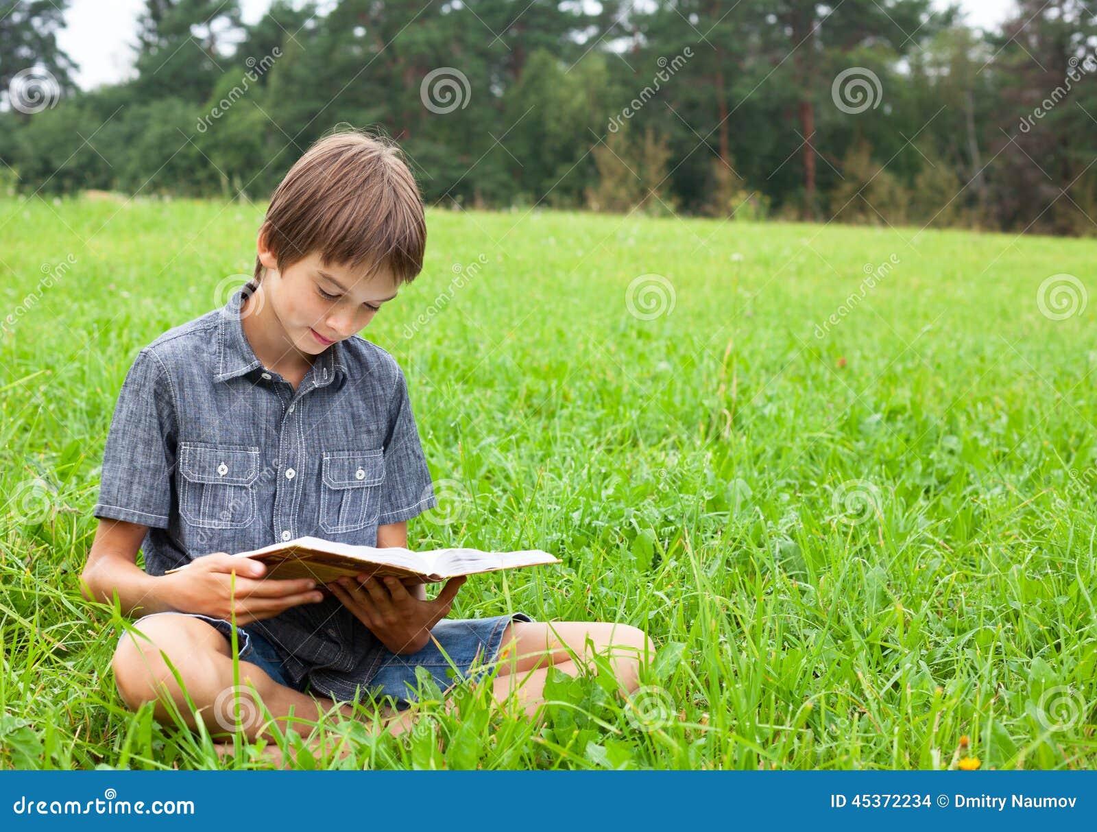 Livre de lecture d enfant extérieur